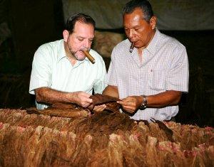 005 Dr. Alejandro Martínez y Don Leo
